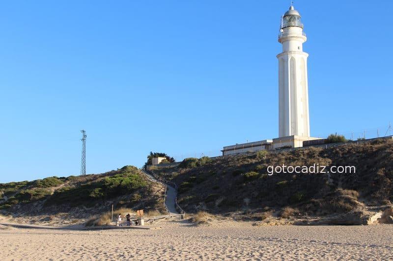 Acceso al Faro de Trafalgar desde la playa