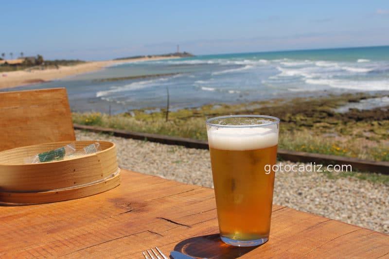 Cervecita en la terraza de Amarna (al fondo el Faro de Trafalgar)