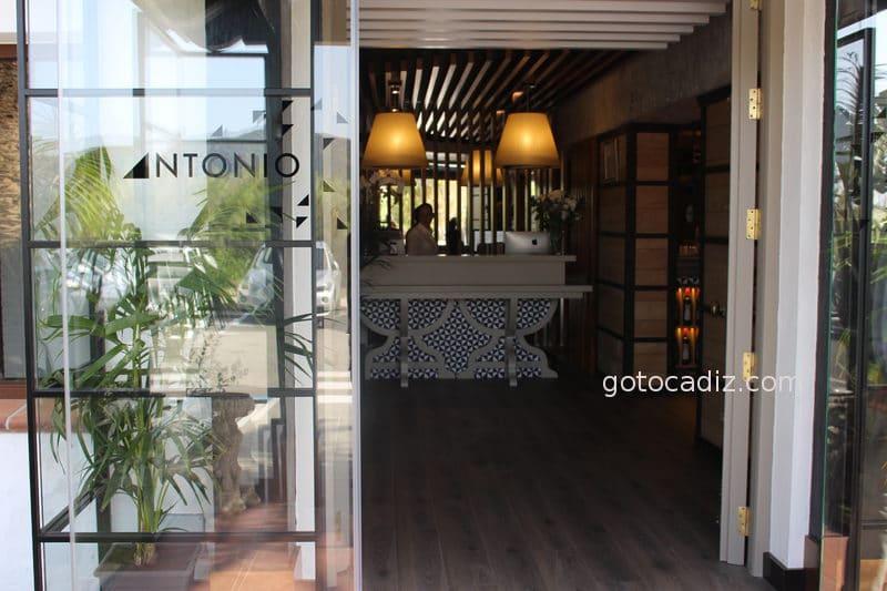 Puerta de entrada al restaurante Antonio
