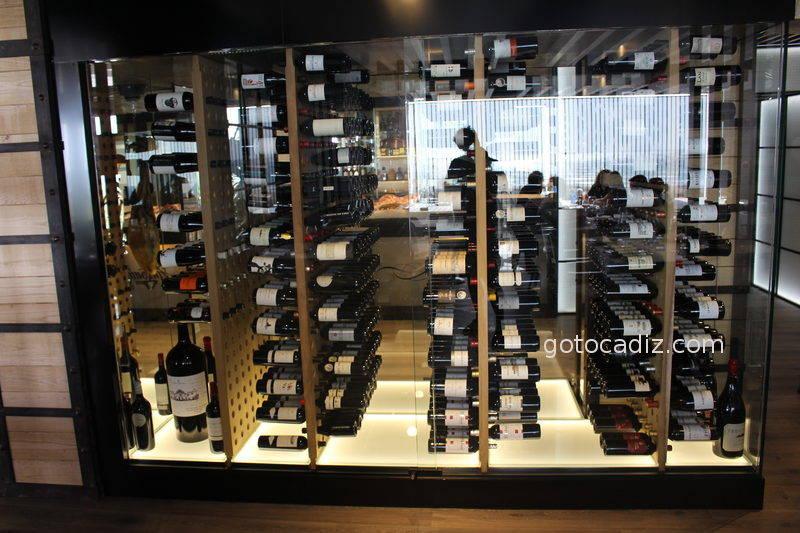 Expositor de vinos del restaurante Antonio