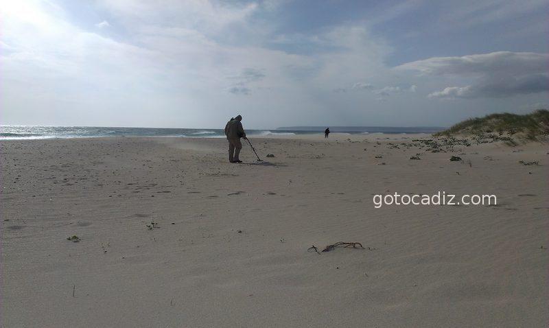 Buscador de tesoros en la playa de Zahara