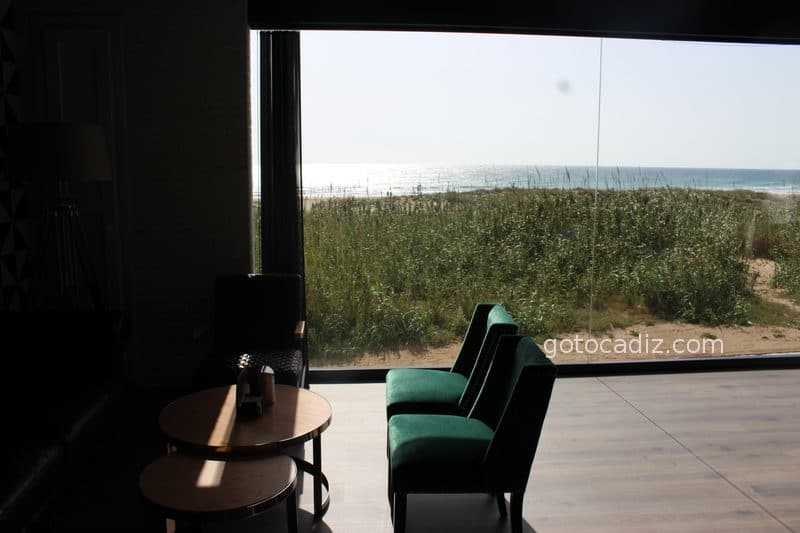 Ventanal que mete la playa en el restaurante Antonio
