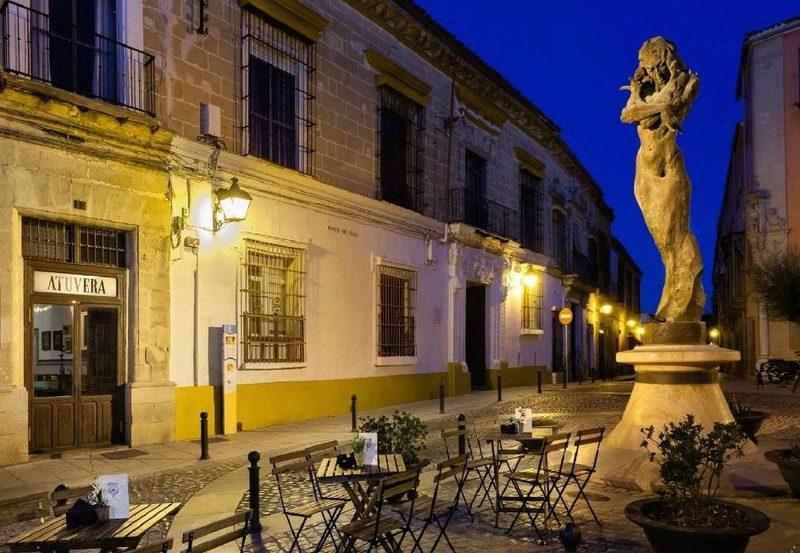 Terraza de Atuvera junto al monumento a Lola Flores