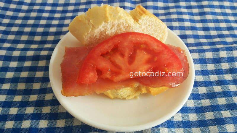 Conil Bar Camelo Montadito de atún ahumado con tomate natural