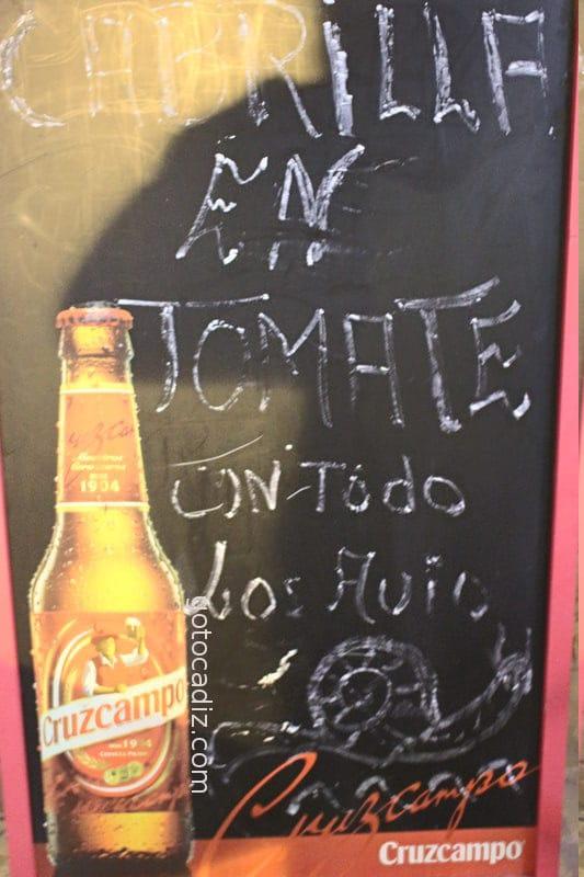 Pizarra anunciando caracoles del bar Benitez en Chiclana