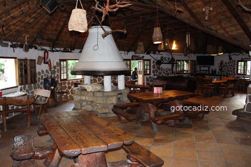 Salón interior de Las Dunas con chimenea