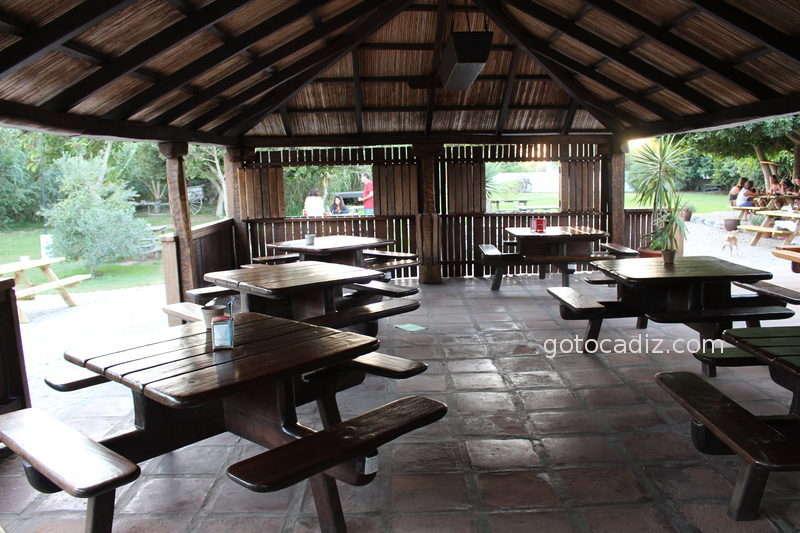 Mesas exteriores del chiringuito Las Dunas