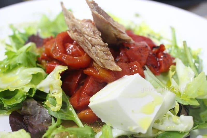 Ensalada de pimientos con melva y queso fresco de El Establo