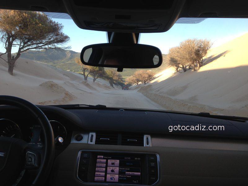 Duna móvil de Punta Paloma invadiendo la carretera
