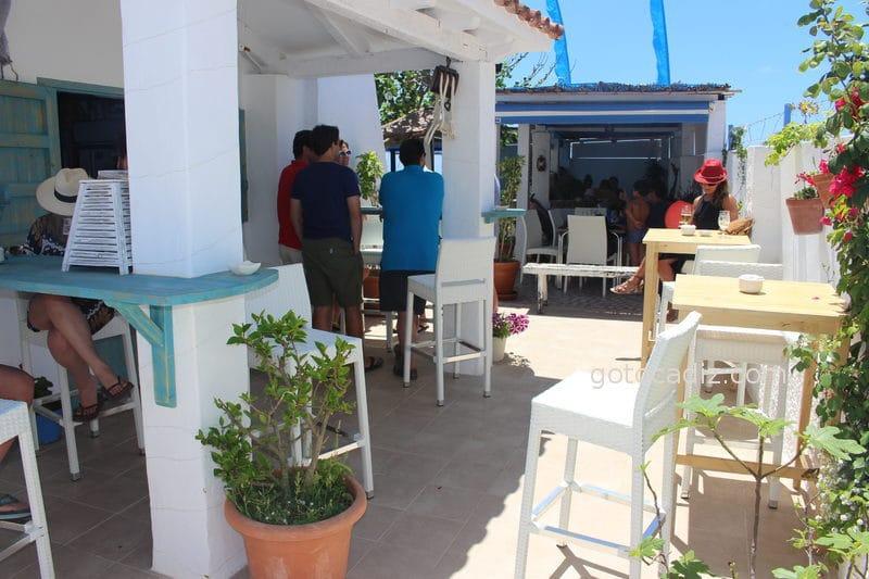 Terraza con mesas altas en El Refugio