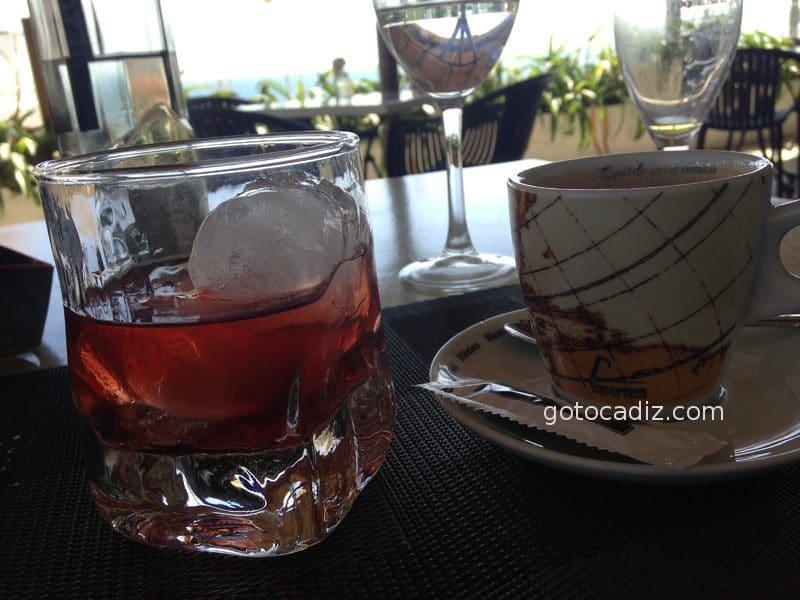 Cafelito y copa de licor en La Breña