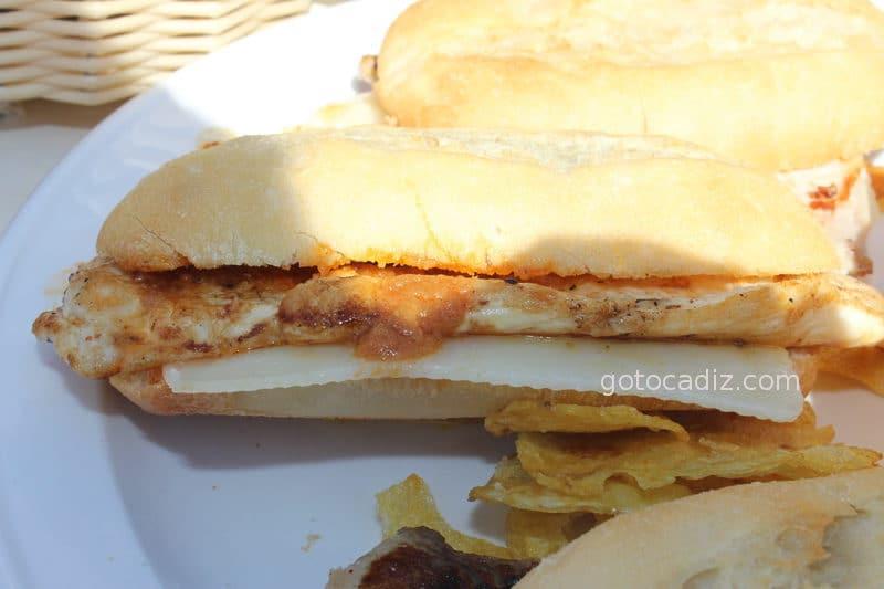 Montadito de pollo con queso de La Cervecería