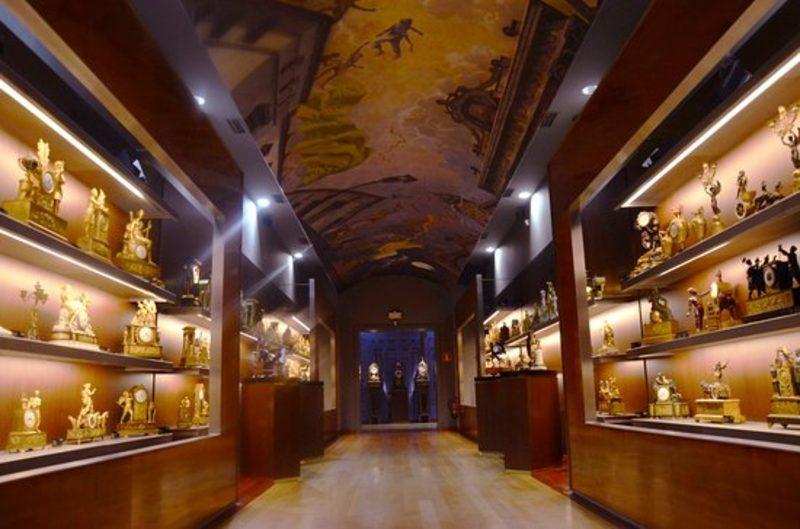 Colección de relojes antiguos en el museo de la Atalaya