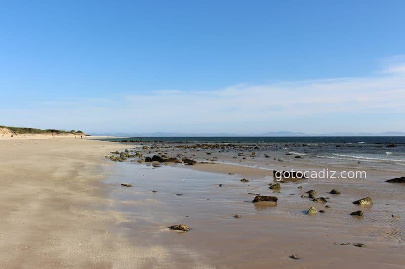 Zona de rocas en la playa de Bolonia