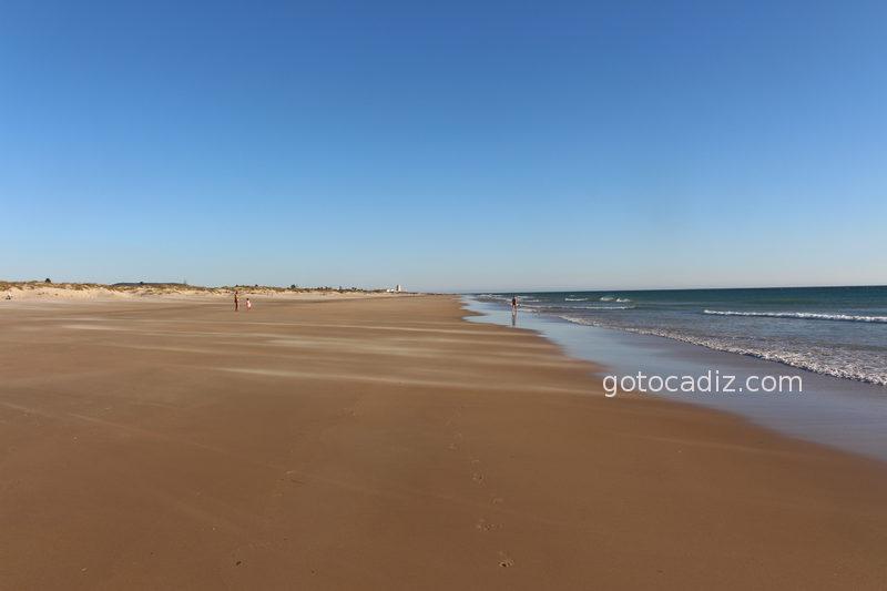 Playa de Castilnovo (al fondo la torre de El Palmar)