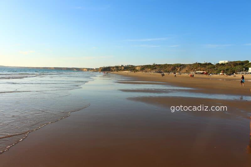 Playa de La Fontanilla. Al fondo la playa de El Roqueo y a continuación la playa de La Fuente del Gallo
