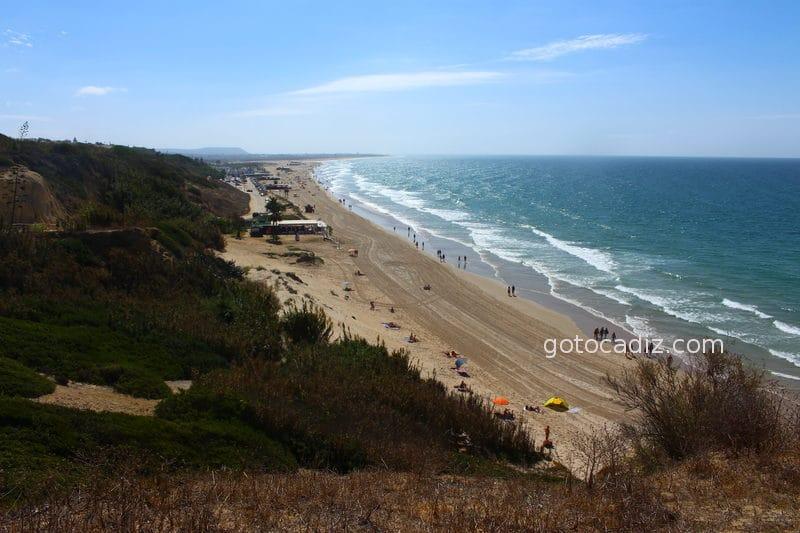 Playa de La Fontanilla (al fondo) y de El Roqueo (derecha)
