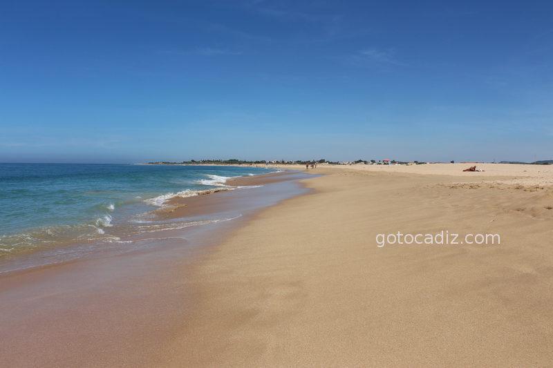 Playa del Faro de Trafalgar (al fondo Zahora)