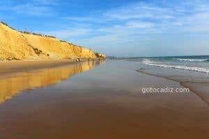 Playa de La Fuente del Gallo en Conil ¡preciosos acantilados!
