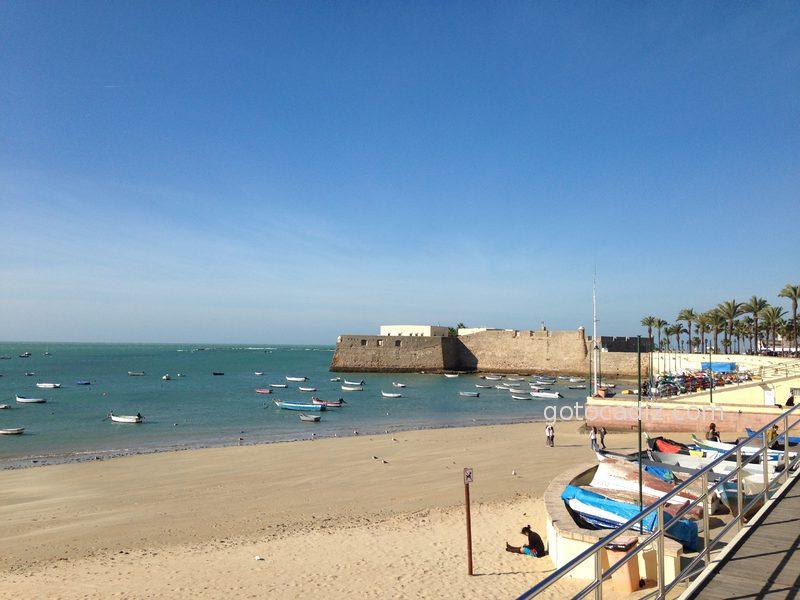 La playa de La Caleta y sus barquitas