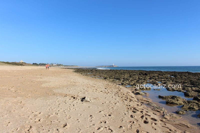 Vista del faro de Trafalgar desde la playa La Mangueta