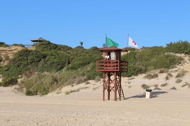 Socorrista en la playa de Sancti Petri