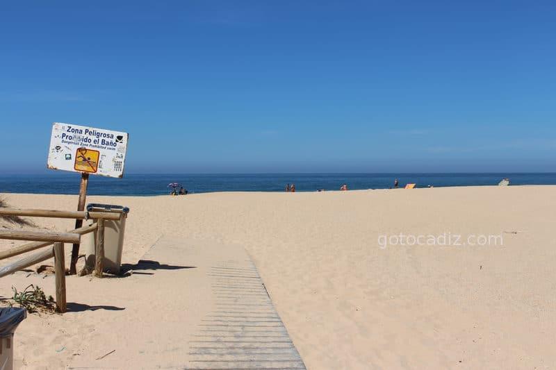 Cartel prohibiendo el baño en la playa del Faro de Trafalgar