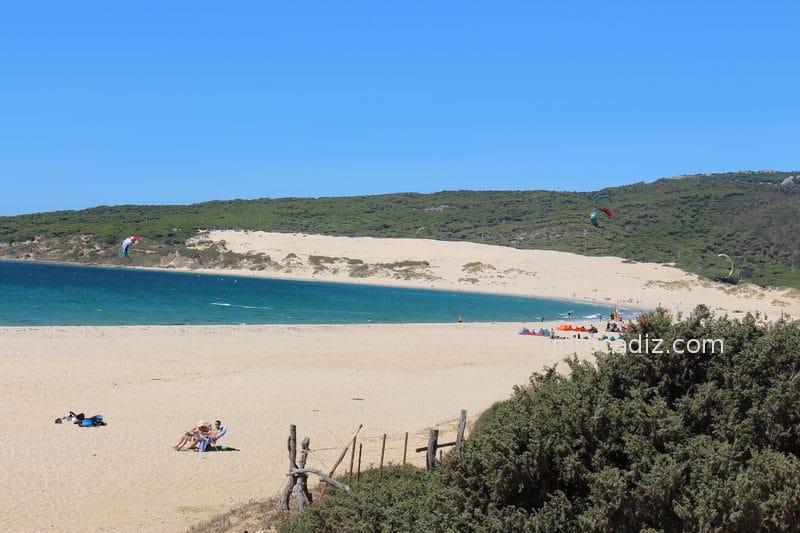 Playa de Valdevaqueros con la duna de Punta Paloma al fondo