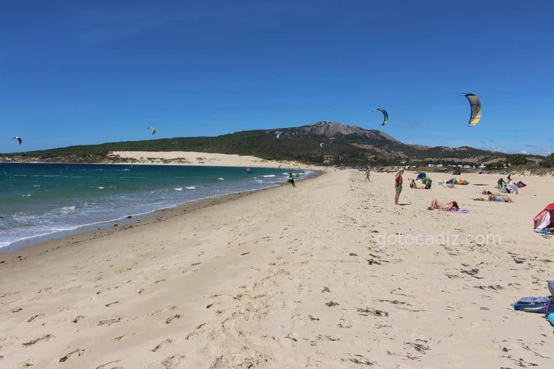 La duna de Punta Paloma vista desde la orilla de Valdevaqueros