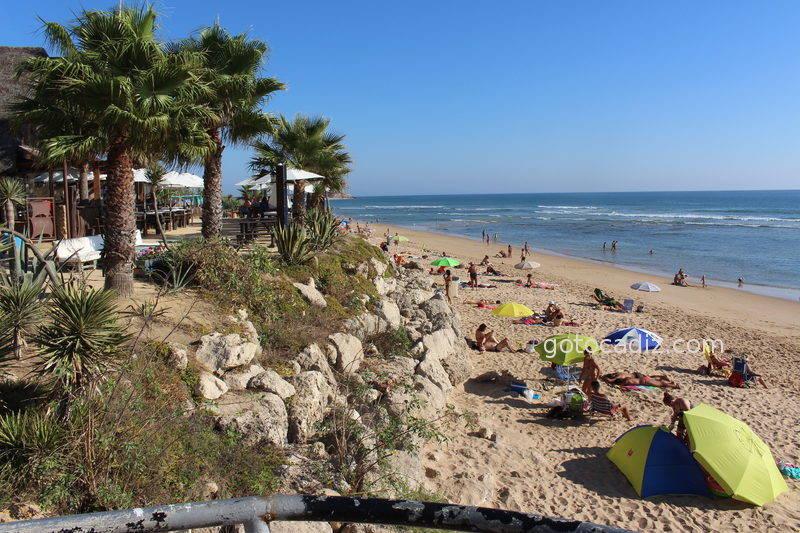 Playa de Zahora y terraza del restaurante Sajorami