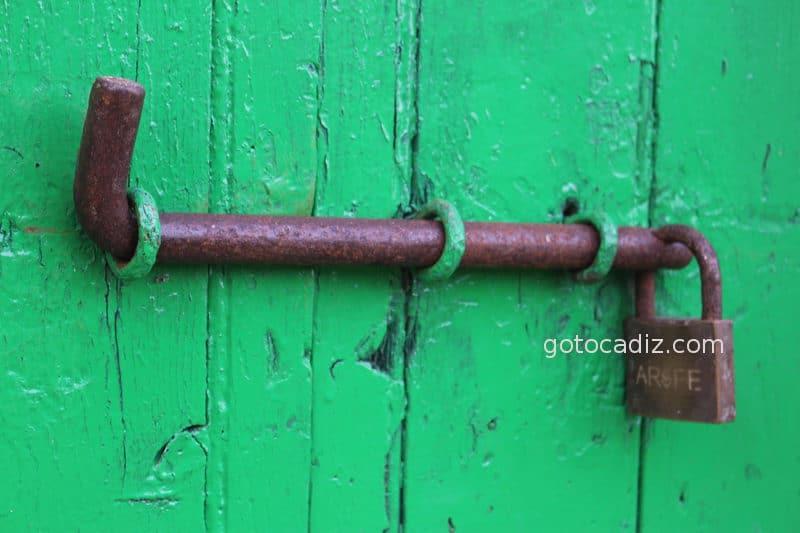 Cerrojo en una de las puertas del poblado de Sancti Petri