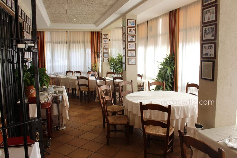 Salón con mesa redonda de la Venta Esteban